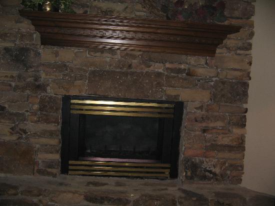 Ramada by Wyndham Pigeon Forge North: gas fireplace