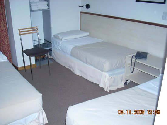 Hotel Comfort Baires: Three beds in very  small room