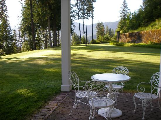 Clark House on Hayden Lake: Front patio and lawn