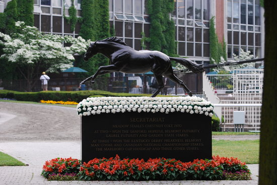 Elmont, État de New York : Secretariat statue viewed from the saddling area