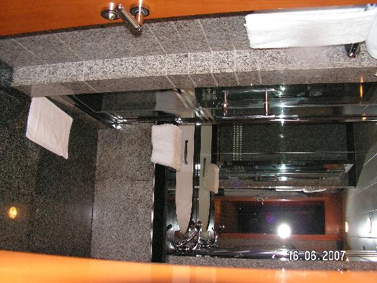 Hilton Dubai Creek : Large and Very clean bathroom