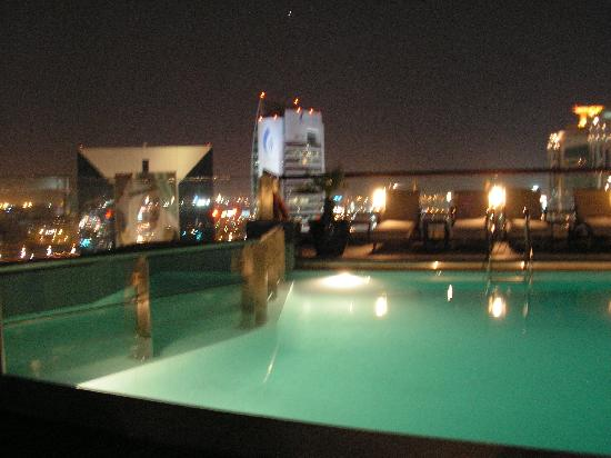 Hilton Dubai Creek : Pool at night, it closes at 9pm