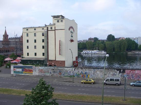 East Side Hotel: view of the river opposite the hotel and berlin wall