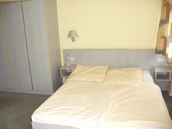 East Side Hotel: bdouble bed in room
