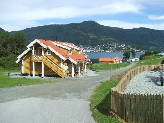 Gemeinde Sogndal, Norwegen: Reception, shower block and Sogndal in the distance
