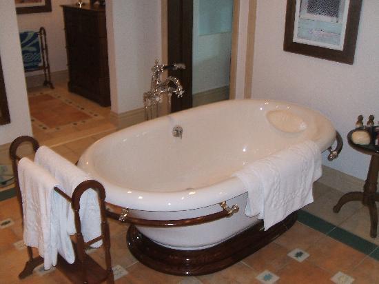 Jumeirah Dar Al Masyaf at Madinat Jumeirah: Dar Al Masyaf Bath!!!!