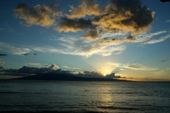 Ka'anapali Beach: blue & yellow sunset on the beach