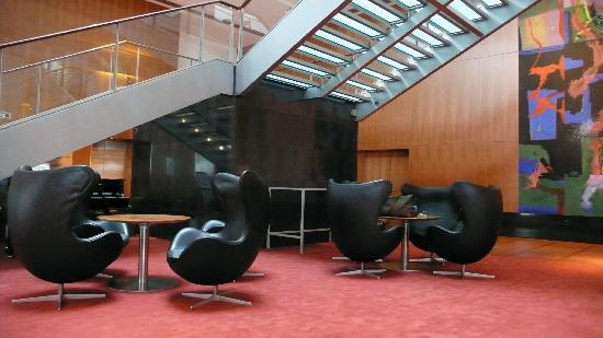 Hilton Copenhagen Airport: Egg chairs in the lobby