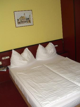 Hotel Fuerst Metternich: the rock hard yet comfortable bed