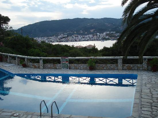 Punta, Grecja: la piscina al tramonto