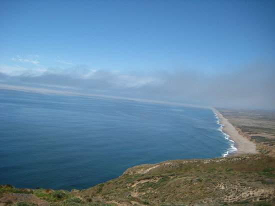 Point Reyes Station, Californië: View from lighthouse trail of the north beaches along the point