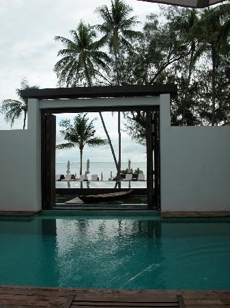 SALA Samui Choengmon Beach Resort: view from opoen window to pool/beach in front
