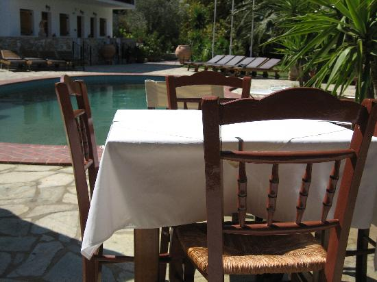 Ioannis Apartments: Ioannis Studios, lunch by the pool