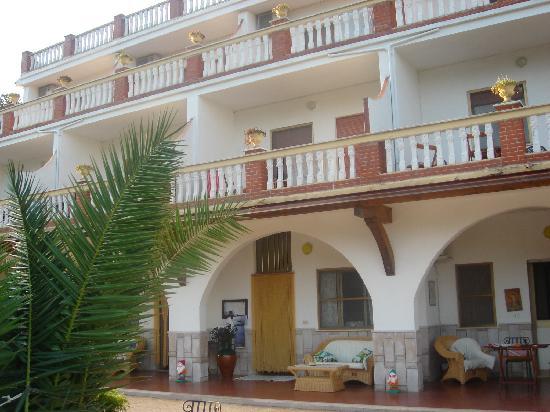La Locanda della Castellana : Außenansicht. Das Hotel liegt auf einem Hang mit traumhaften Ausblick.