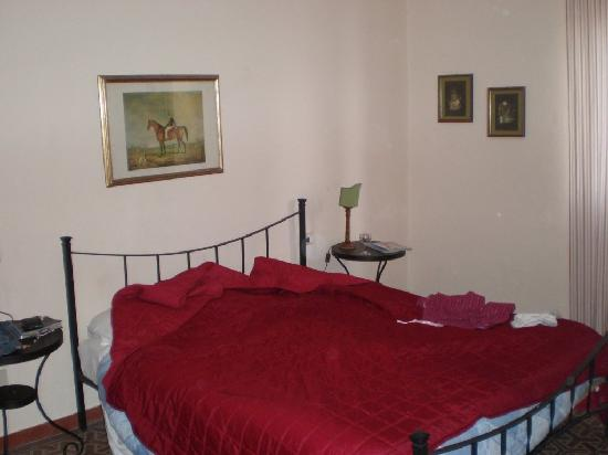 Casa Toselli: Spacious room and bed