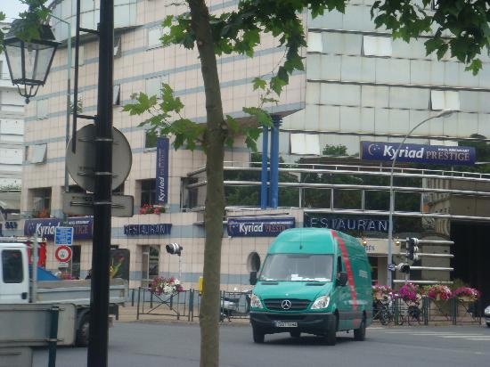 Kyriad Prestige Joinville Le Pont: View from across the street