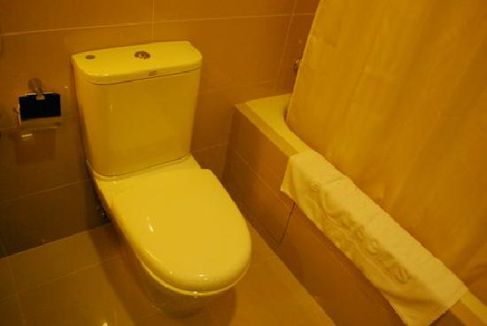 Hotel Royal at Queens: toilet and tub - executive room 1338