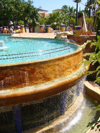 Hotel La Laguna Spa & Golf: piscina exterior con el spa debajo