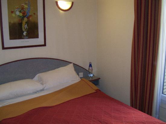 Nouvel Eiffel Hotel: The bed