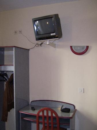 Nouvel Eiffel Hotel: Table and small TV