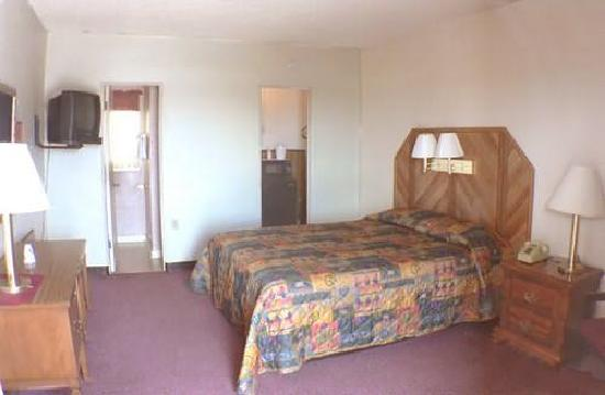 Desert View Inn: room with queen bed