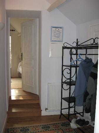 Domaine de la Chapelle : hallway between bedrooms
