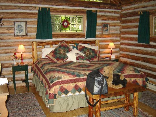‪‪Guest House Log Cottages‬: Log Cabin Bedroom‬
