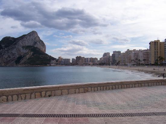 Coral Beach Apartments: beach and promenade