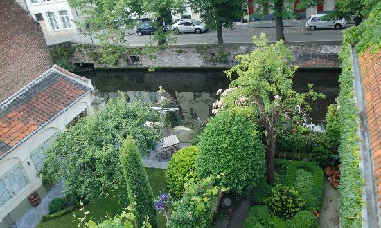 Huyze Hertsberge: Garden & Canal View from our room