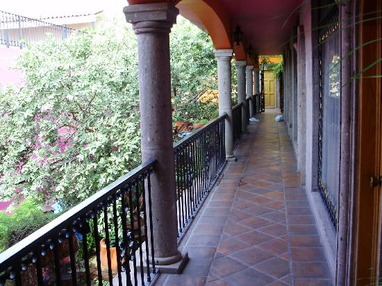 Hotel Casa Campos Bed & Breakfast: Upstairs walkway over courtyard