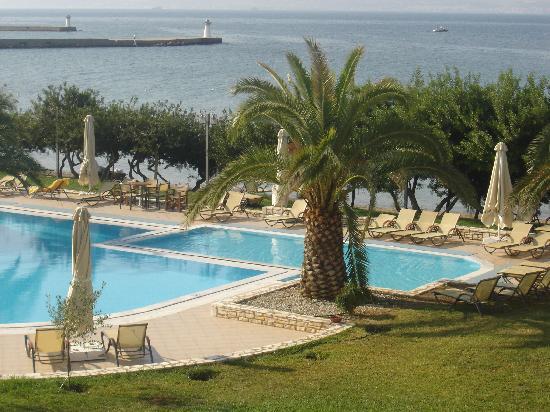 Negroponte Resort Eretria : vue sur la piscine depuis notre chambre