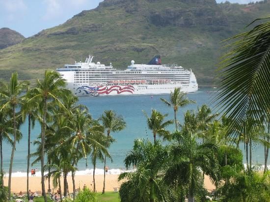 ‪‪Marriott's Kaua'i Beach Club‬: Cruiseship in Kalapaki Bay‬