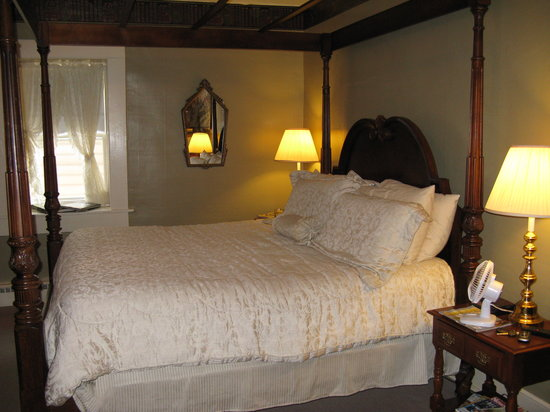 Jailer's Inn Bed and Breakfast: Library Room #3