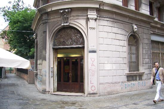 Domus Civica: The Entrance