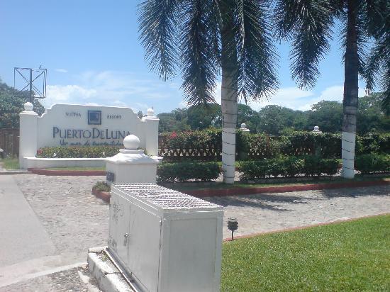 Puerto de Luna Pet Friendly and Family Suites: entrada del hotel, excelente ubicacion, sobre la avenida principal de la zona hotelera