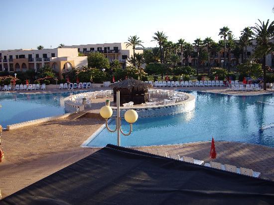 Grupotel Mar de Menorca : piscine+bar (distributeur de boissons)