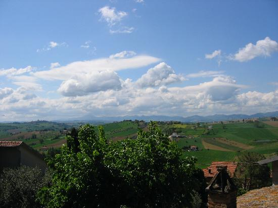 Коринальдо, Италия: Le Marche Countryside from Main Gate