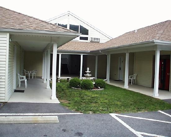 The Rocky River Inn: Rooms surround a courtyard in this section of Rocky River Motel