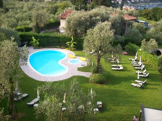 Hotel Benacus Malcesine: Pool and garden at the Hotel Benacus