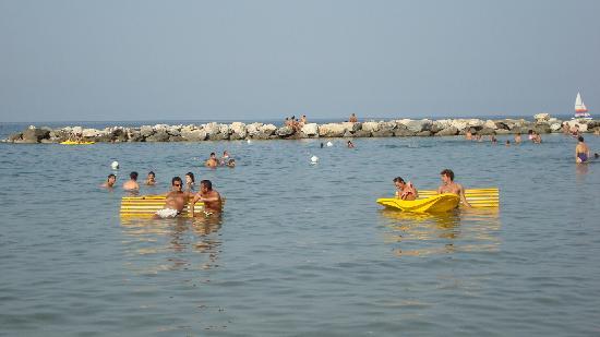 Pésaro, Italia: relaxing in the Adriatic