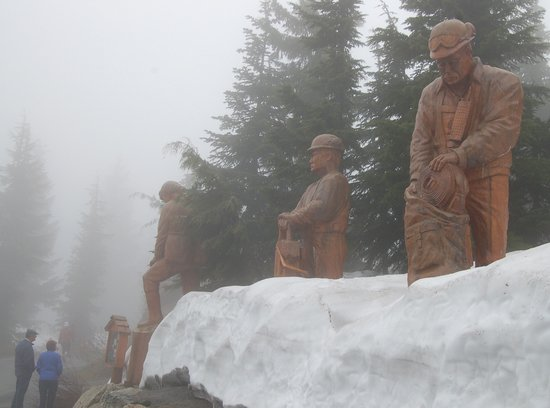 Grouse Mountain Skyride: large wood carvings are all over the mountain