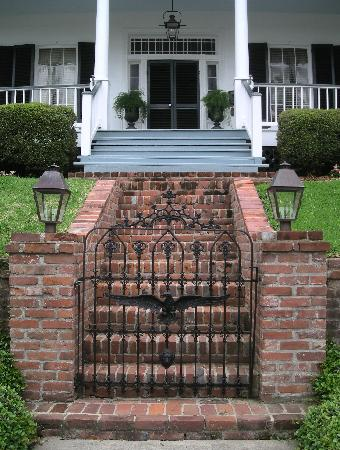 Historic Oak Hill Inn: Front walkway