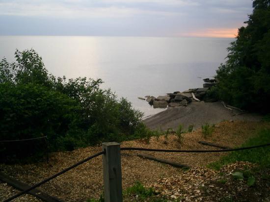 Plantation Motel: The walk-way to the beach