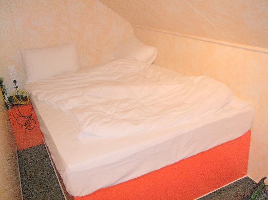 easyHotel Budapest Oktogon: bed & ceiling