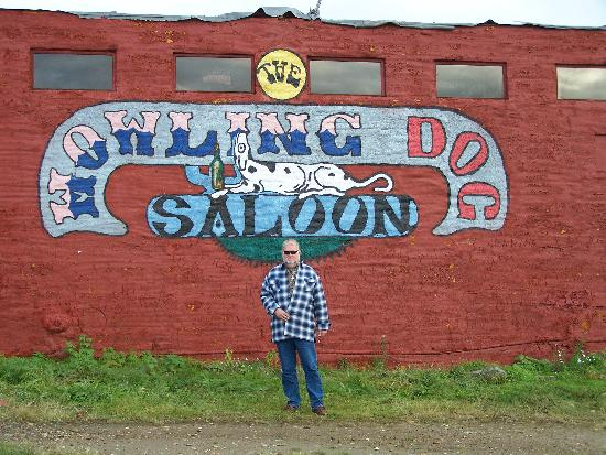 Riverbend Log Cabins & Cottage Rentals: The Howling Dog Saloon a fun place to visit!