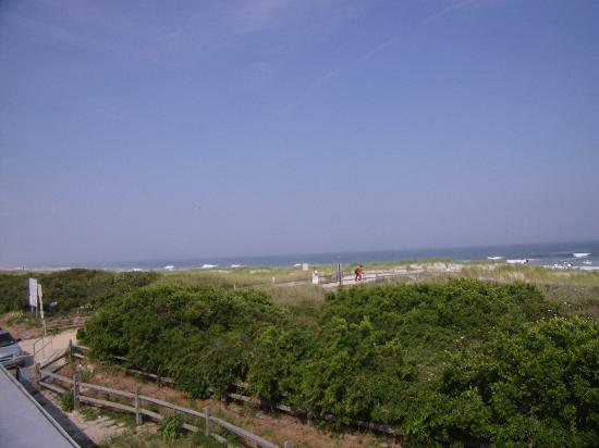 Windrift Resort Hotel: view  of the beach from the top deck
