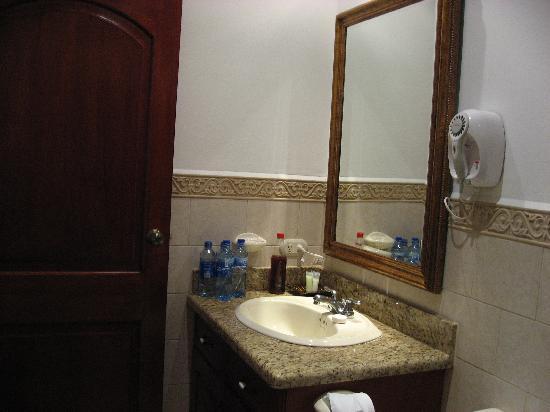 La Perla Hotel: Bathroom alternate photo