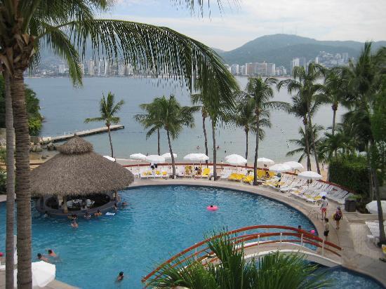 Park Royal Acapulco: Main pool area & swim up bar. Say hi to Vincente! The ever friendly bar tender