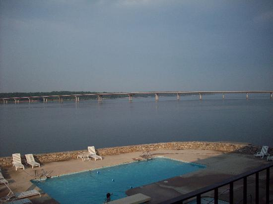 Clarksville, Вирджиния: The view from our balcony at the Lake Motel.