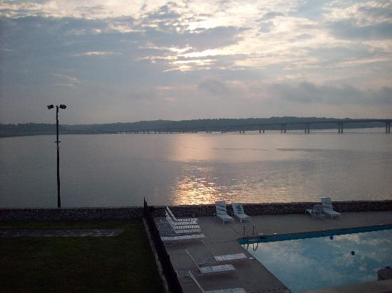 Lake Motel & Efficiencies: Sunrise from our balcony.